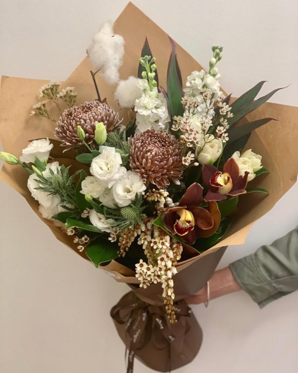 a bouquet of white and brown flowers